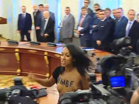 Активистка с голой грудью отвлекла Порошенко с Лукашенко от переговоров