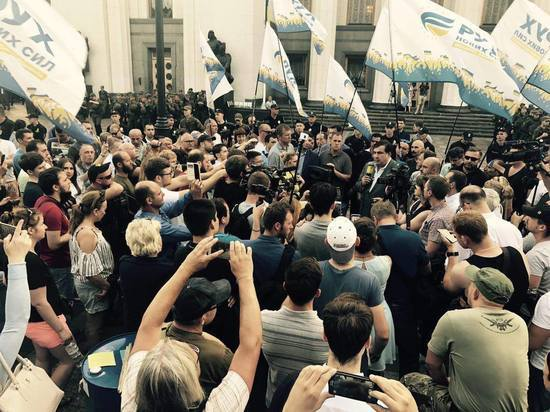 Сторонники Саакашвили осадили администрацию Порошенко на Банковой