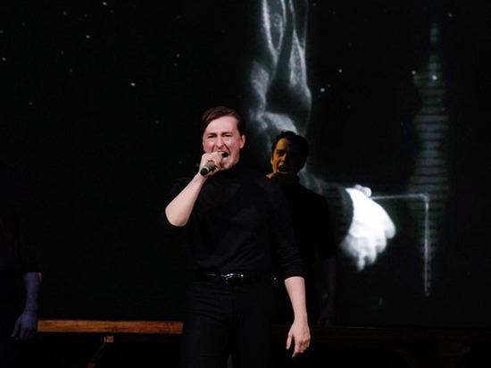 Сергей Безруков вывел на сцену людей в черном