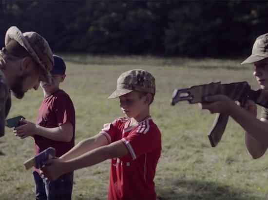 «Бей москаля, складайте трупы»: украинских детей натаскивают в лагере «Азова»