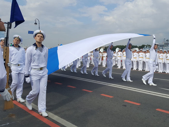Первый парад наступает: на военно-морском празднике зрители увидят ботик Петра