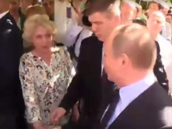 На Арбате прохожая обняла Путина и поцеловала его в щёку