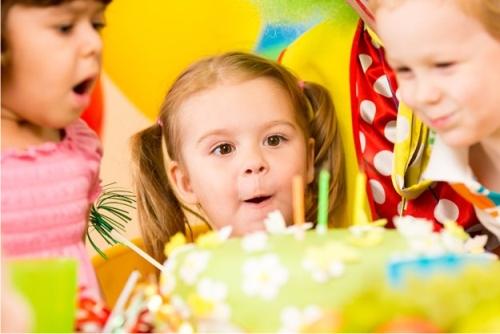 Врачи раскрыли, почему вредно задувать свечи на торте
