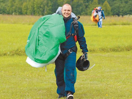 Российские парашютисты нарисовали птицу счастья на высоте пять тысяч метров