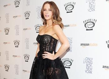 Кейт Бекинсейл воспользовалась своим фирменным fashion-приемом на красной дорожке в Нью-Йорке