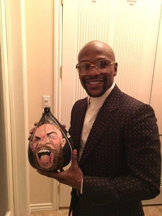 Бизнесмен Кургин подарил Мейвезеру грушу с изображением Конора Макгрегора