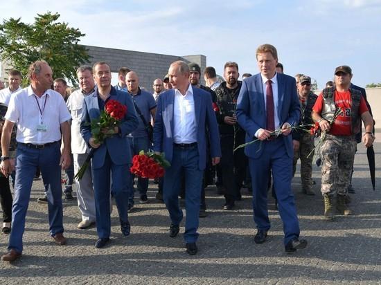 Путин в Крыму познакомил Медведева с «Ночными Волками»
