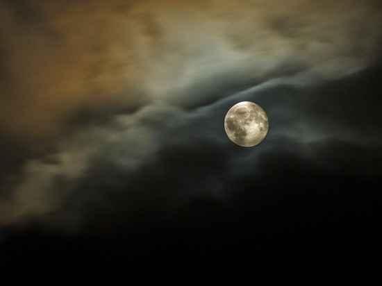 На Луне уфологи нашли рукотворную пирамиду