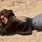 Синди Кроуфорд снялась топлес в рекламе своей новой коллекции джинсов