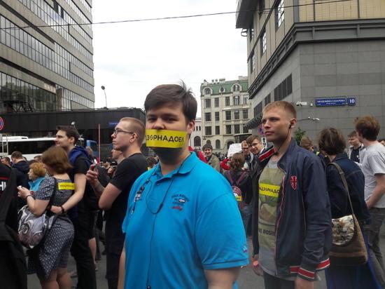 В растяжке митинга за свободу интернета на Сахарова отрезали слово