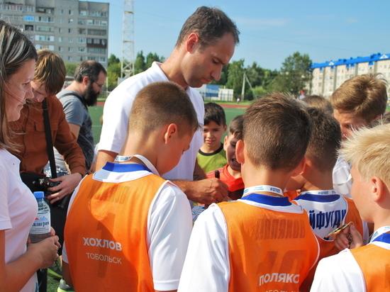 Футбол: Широков наградил Хохлова их команды Боброва