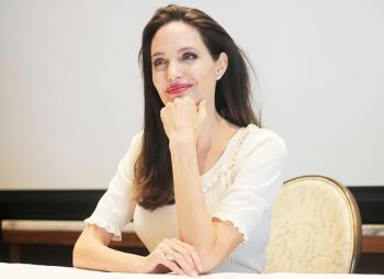 Анджелина Джоли представила необычный образ на пресс-конференции фильма «Сначала они убили моего отца»