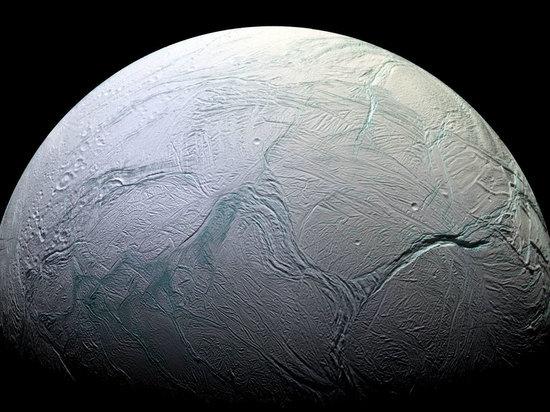 Зонд Cassini прислал на Землю «прощальный» снимок Энцелада