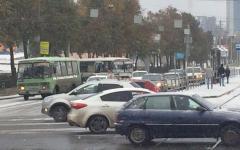 В Челябинске водитель маршрутки спровоцировал аварию