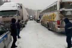 В Челябинской области машины и автобусы, в том числе два с детьми, попали в снежный плен