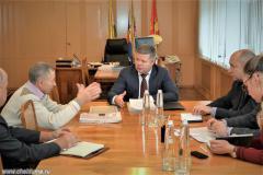 Мошаров приступил к решению проблем пенсионера, пытавшегося устроить самосожжение у здания мэрии
