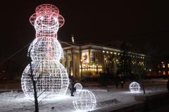 В центре Челябинска появился восьмиметровый снеговик