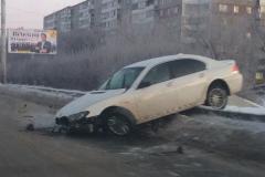 В Челябинске BMW висит на автомобильном мосту у «Родника»